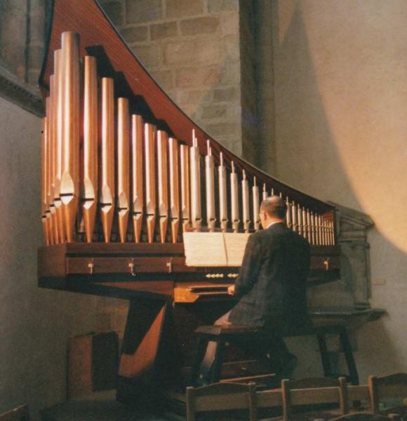 Jean-Claude Duval jouant de l'orgue
